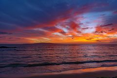 Puesta del sol en la costa Maui Hawaii del kihei Fotografía de archivo