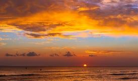 Puesta del sol en la costa Maui Hawaii del kihei Foto de archivo libre de regalías