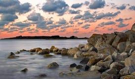 Puesta del sol en la costa oeste de Guernesey Fotografía de archivo