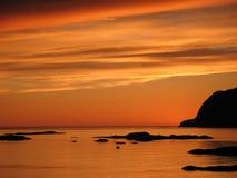Puesta del sol en la costa oeste de Noruega Imagen de archivo libre de regalías