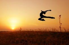 Puesta del sol en la danza imagen de archivo libre de regalías