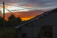 Puesta del sol en la distancia de casas abandonadas imagen de archivo libre de regalías