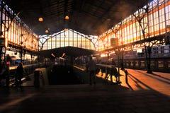Puesta del sol en la estación de tren foto de archivo
