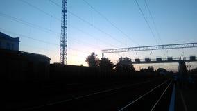Puesta del sol en la estación de tren fotografía de archivo libre de regalías