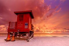 Puesta del sol en la estación del salvavidas en Clearwater la Florida imagenes de archivo