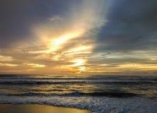 Puesta del sol en la explosión Tao Beach, isla de Phuket Foto de archivo libre de regalías