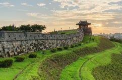 Puesta del sol en la fortaleza de Hwaseong en Suwon, Corea del Sur Imagenes de archivo