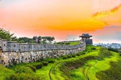 Puesta del sol en la fortaleza de Hwaseong en Seul, Corea del Sur foto de archivo libre de regalías