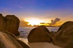 Puesta del sol en la fuente D'Argent de la playa en Seychelles Imagen de archivo libre de regalías