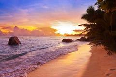 Puesta del sol en la fuente D'Argent de la playa en Seychelles Foto de archivo