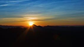 Puesta del sol en la gama de montañas Foto de archivo libre de regalías