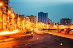 Puesta del sol en La Habana vieja con las luces de calle del EL Malecon Imagen de archivo libre de regalías