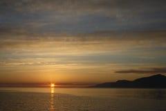 Puesta del sol en la isla de la suciedad, pequeñas islas, Escocia Imagenes de archivo