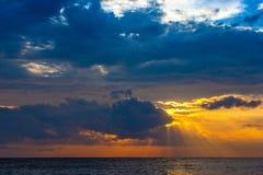 Puesta del sol en la isla de Lombok, Indonesia imagen de archivo libre de regalías