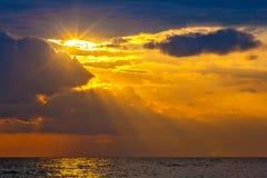Puesta del sol en la isla de Lombok, Indonesia foto de archivo