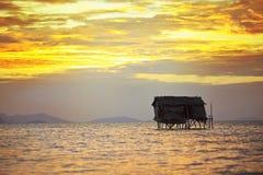 Puesta del sol en la isla de Maiga imagenes de archivo