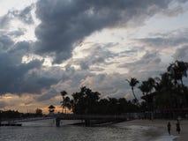 Puesta del sol en la isla de Sentosa en Singapur Imágenes de archivo libres de regalías