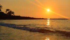 Puesta del sol en la isla grande de la playa de Mauna Kea de Hawaii Foto de archivo libre de regalías