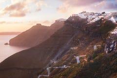 Puesta del sol en la isla griega de Santorini, con la luz y las nubes calientes coloridas sobre la ciudad imágenes de archivo libres de regalías