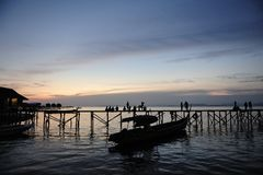 Puesta del sol en la isla Malasia de Mabul Fotografía de archivo