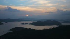 Puesta del sol en la isla tropical, visión desde la montaña almacen de video