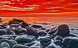 Puesta del sol en la línea de la playa imágenes de archivo libres de regalías