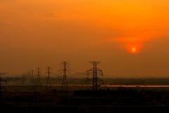 Puesta del sol en la línea de transmisión Fotos de archivo libres de regalías
