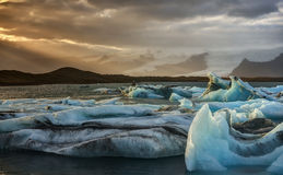 Puesta del sol en la laguna del iceberg de Jokulsarlon en Islandia Imágenes de archivo libres de regalías