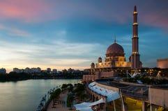 Puesta del sol en la mezquita de Putra en Putrajaya Fotografía de archivo