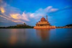 Puesta del sol en la mezquita de Putra y el lago putrajaya en Malasia Foto de archivo libre de regalías