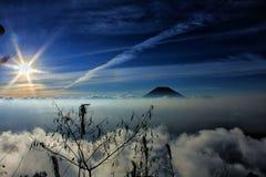 Puesta del sol en la montaña Fotos de archivo