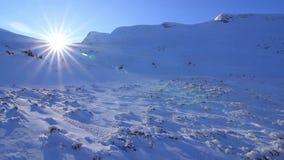 Puesta del sol en la montaña almacen de video