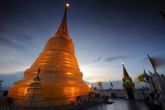 Puesta del sol en la montaña de Goalden en Tailandia. Foto de archivo