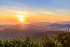 Puesta del sol en la montaña en la luz del sol amarilla caliente CCB del mundo de la belleza Imagenes de archivo