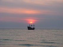Puesta del sol en la nave de pirata Imagen de archivo