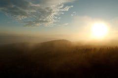 Puesta del sol en la niebla imagen de archivo