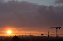 Puesta del sol en la opinión de la ciudad sobre la construcción Fotos de archivo libres de regalías