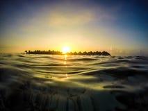 Puesta del sol en la opinión del agua de Maldivas Fotografía de archivo