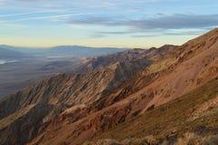 Puesta del sol en la opinión del ` s de Dante en Death Valley California Imagenes de archivo