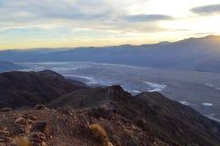 Puesta del sol en la opinión del ` s de Dante en Death Valley California Imagen de archivo