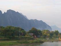 Puesta del sol en la orilla con el fondo de la montaña, viaje en Vang VI Fotografía de archivo libre de regalías