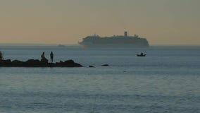 Puesta del sol en la orilla de la bahía Pares en la isla Vista de la nave que entra en el puerto almacen de metraje de vídeo