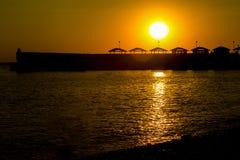 Puesta del sol en la orilla de mar Fotos de archivo libres de regalías