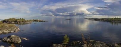Puesta del sol en la orilla del lago Ladoga foto de archivo libre de regalías