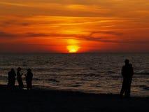 Puesta del sol en la orilla del mar Báltico, Polonia Foto de archivo libre de regalías