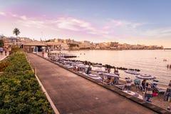 Puesta del sol en la orilla del mar en Otranto en Italia meridional Foto de archivo libre de regalías