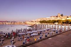 Puesta del sol en la orilla del mar en Otranto en Italia meridional Foto de archivo