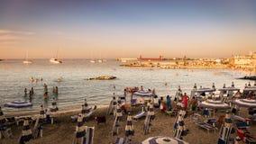 Puesta del sol en la orilla del mar en Otranto en Italia meridional Imagenes de archivo