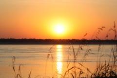 Puesta del sol en la orilla del río fotografía de archivo