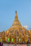 Puesta del sol en la pagoda de Shwedagon Imágenes de archivo libres de regalías